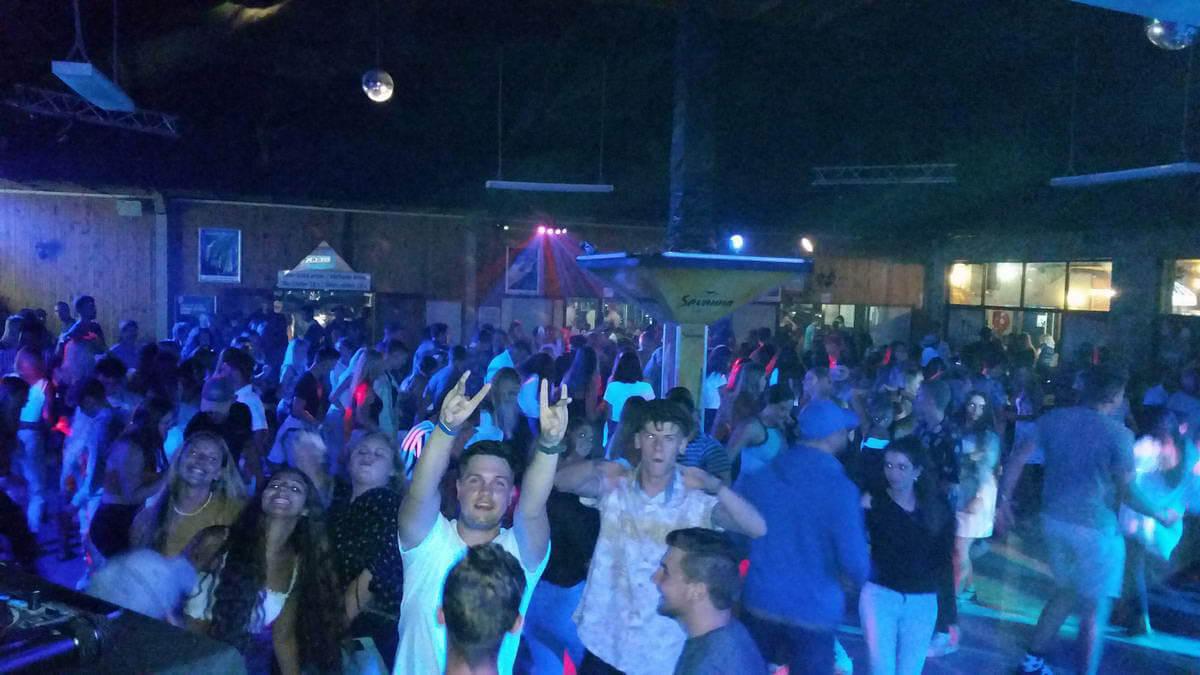 Live music at De Dekke Restaurant, Sports Bar & Entertainment Venue in Kleinbrakriver, Mossel Bay
